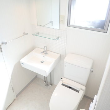 洗面台とトイレはとなりに。ウォシュレットつき!
