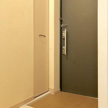 傘立ては玄関扉にマグネットでつけるタイプがいいね!(※写真は3階の同間取り別部屋のものです)