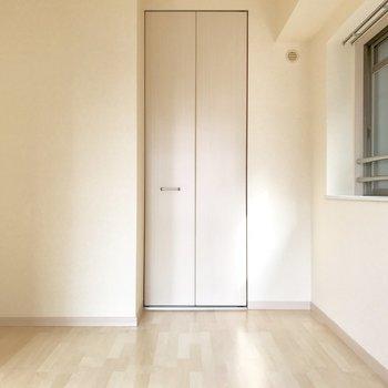 洋室の奥はこんな感じ。ベッドは右の小窓側に寄せて置こうかな。(※写真は3階の同間取り別部屋のものです)