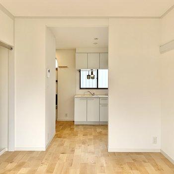 キッチンは奥まった場所あり、緩く空間が仕切られています。