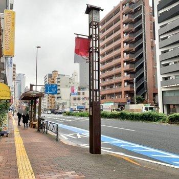駅までの道には飲食店やコンビニがあります。