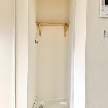 洗濯機置き場もここに。カーテンを取り付けることができるので隠せますよ。