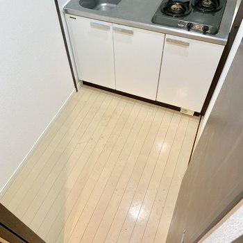 左手前に冷蔵庫を。(※写真は3階の同間取り別部屋、清掃前のものです)