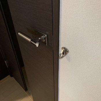 廊下と洋室を隔てる扉付近にフック。お散歩前の準備にぴったりかな。(※写真は3階の同間取り別部屋、清掃前のものです)