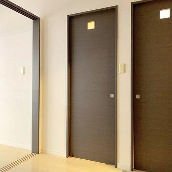 右はキッチン、左はサニタリーへ。(※写真は3階の同間取り別部屋、清掃前のものです)
