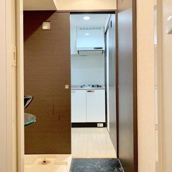 バスルームからの写真。サニタリーとキッチンも繋がっています。(※写真は3階の同間取り別部屋、清掃前のものです)