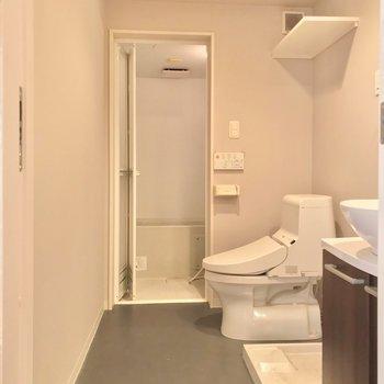 サニタリーはぎゅっと1つの空間にまとまっていました。トイレはウォシュレット付きです。