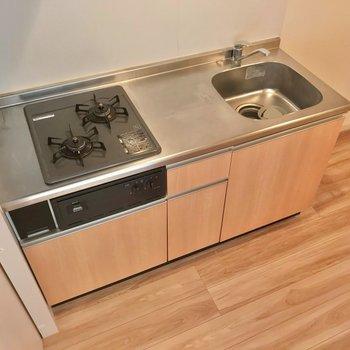 冷蔵庫はシンクの隣に置けます。2口コンロで料理も捗る〜