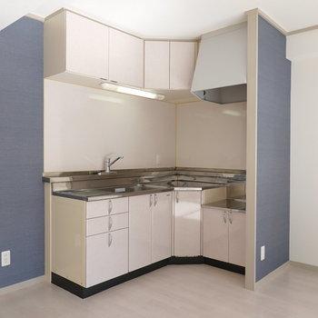 くの字型のキッチンだから、移動が最小限で料理がしやすそう!(※写真は5階の反転間取り別部屋のものです)