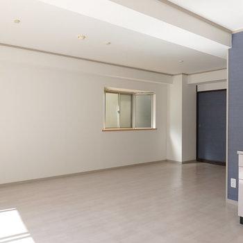 壁際にはテレビと3段ほどの棚を置けば、ちょうどよく収まりそう。(※写真は5階の反転間取り別部屋のものです)
