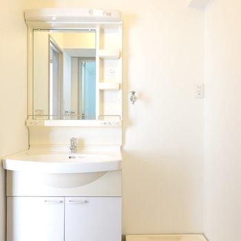 洗面台と洗濯機置き場は脱衣所内に。(※写真は5階の反転間取り別部屋のものです)