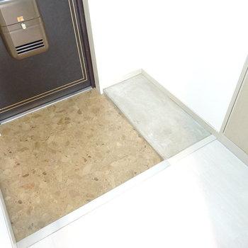 玄関は適正サイズ。靴箱はコンクリ床のところに置きましょう!(※写真は5階の反転間取り別部屋のものです)