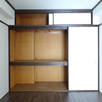 収納は押入れタイプ。横に広く、ドラえもんが3人ぐらい入ってそう。(※写真は5階の反転間取り別部屋のものです)