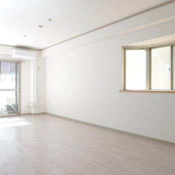 ホワイトな空間が素敵です。(※写真は5階の反転間取り別部屋のものです)
