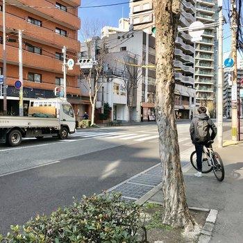 歩いてすぐは大通り!自転車移動が便利です◎