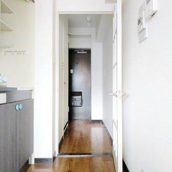 キッチン後ろにインターホンと給湯ボタンがあるので便利。廊下に出て左手が脱衣所。
