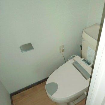 トイレはウォシュレット付きで快適です◎(※写真は清掃前、フラッシュ撮影をしています)