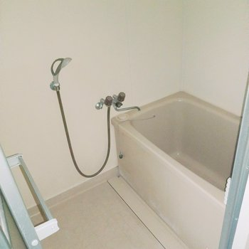 お風呂も1人なら充分サイズ。(※写真は清掃前、フラッシュ撮影をしています)