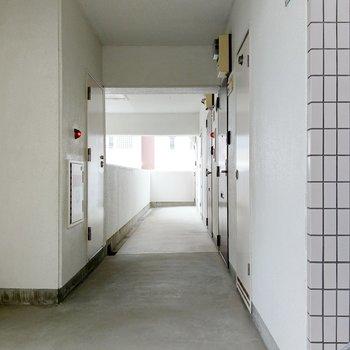 共用廊下も広々しています。1番奥の角部屋ですよ。
