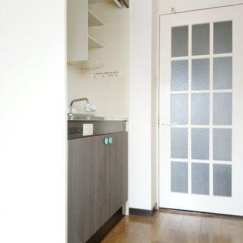 キッチンは扉横にすっきりと。