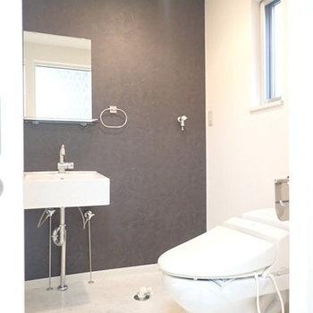 こちらは脱衣所&トイレ。モダンな雰囲気でおしゃれ。