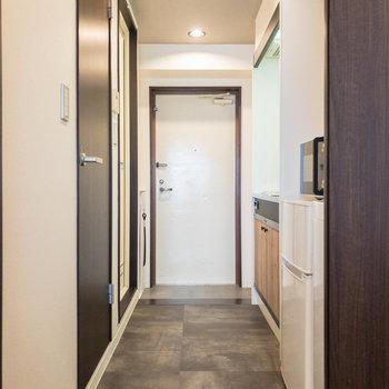 廊下へ。水回りを見ていきましょう。※家具・小物はサンプルです