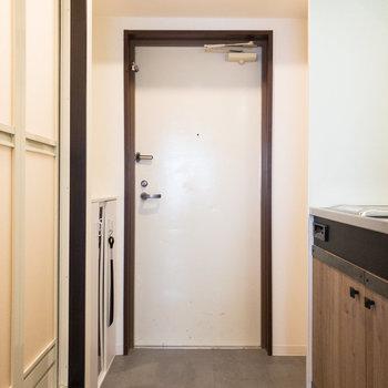 玄関は段差が小さめなつくり。右側にくぼみがあるので傘立てなども置けます。