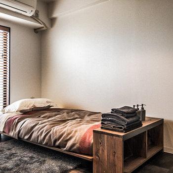 デスクの前にはベッドを置いても余裕の空間です。アレンジできる壁もご用意。※家具・小物はサンプルです