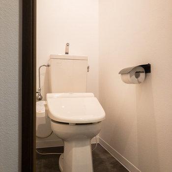 トイレは個室に。温水洗浄便座付きです。