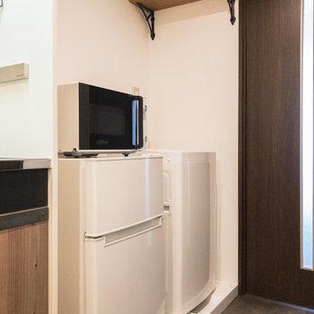 キッチンの右横には冷蔵庫や電子レンジ、洗濯機を置くスペースがあります。※家具・小物はサンプルです