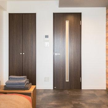 ドアのカラーにはブラウンを採用。引き締まった空間を演出してくれます。※家具・小物はサンプルです