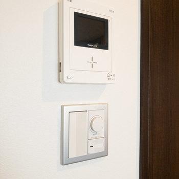 TVモニタ付ドアホンもありますよ。※家具・小物はサンプルです