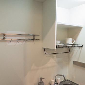 壁面収納付きなので料理器具などを掛えられます。※家具・小物はサンプルです