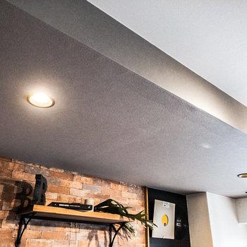 ダウンライトが程よい明るさを演出。明るさはTVモニタ付ドアホンの下にあるつまみで調整できます。※家具・小物はサンプルです