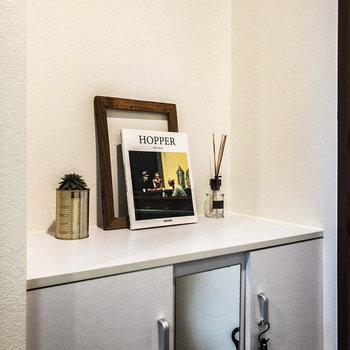 シューズボックスの上部。フレグランスや観葉植物などを置いてもグッドです。※家具・小物はサンプルです