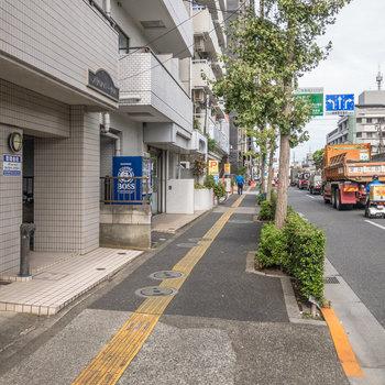 歩道もしっかりと設けられています。交通量の多い道路ですが安心して移動できそうです。