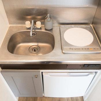 キッチンは1口コンロです。IHなのでお手入れが楽にできますね。※家具・小物はサンプルです