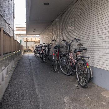 建物横には駐輪場があります。