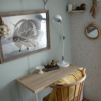 机の周辺です。※家具・小物はサンプルです。広角レンズを使用しています。