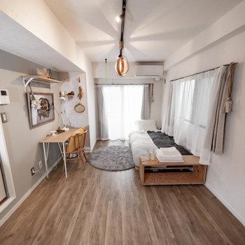 お部屋の全体はこんなかんじです ※家具・小物はサンプルです。広角レンズを使用しています