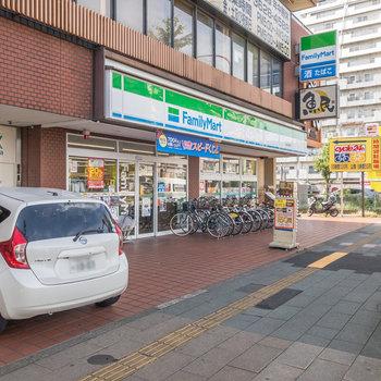 環七通り沿いにはコンビニやチェーンの飲食店などがあります。