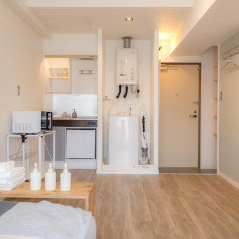 左側にはキッチン、正面には洗濯機置き場があります。キッチンを見に行きましょう。※家具・小物はサンプルです