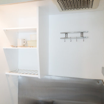 壁面収納付きなので料理器具などを掛けられます。※家具・小物はサンプルです
