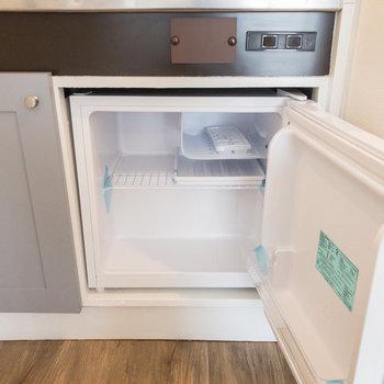 キッチンの下部にはミニ冷蔵庫があります。冷凍もできますよ。
