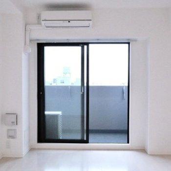 白ベースでシンプルなお部屋(※写真は11階の同間取り別部屋のものです)