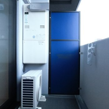 バルコニーの仕切りはブルー(※写真は11階の同間取り別部屋のものです)