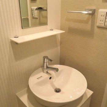 洗面台の丸いシンクが可愛らしい(※写真は11階の同間取り別部屋のものです)
