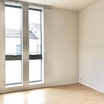 【洋室 約4.5帖】のっぽな窓で光がたくさん届いて明るい空間。