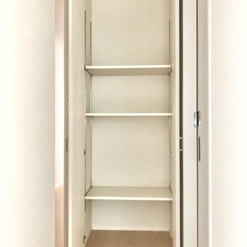 脱衣所横のこのスペース、ここはストックや掃除道具用に。