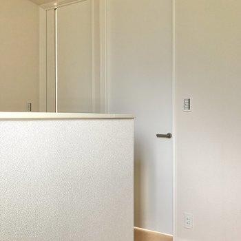 2階には扉が2つ。左はリビング、右は約4.5帖の洋室です。